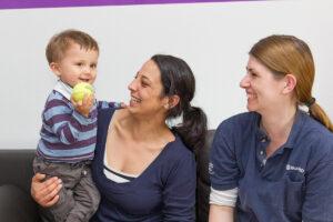 Fabian mit seiner Mutter Sandra und Orthopädietechnikermeisterin Christina