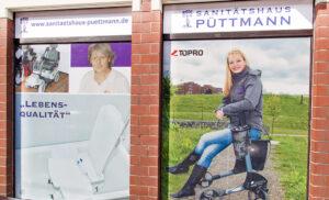 Bilder aus dem Reha-Sortiment an der Fassade des Sanitätshaus Püttmann
