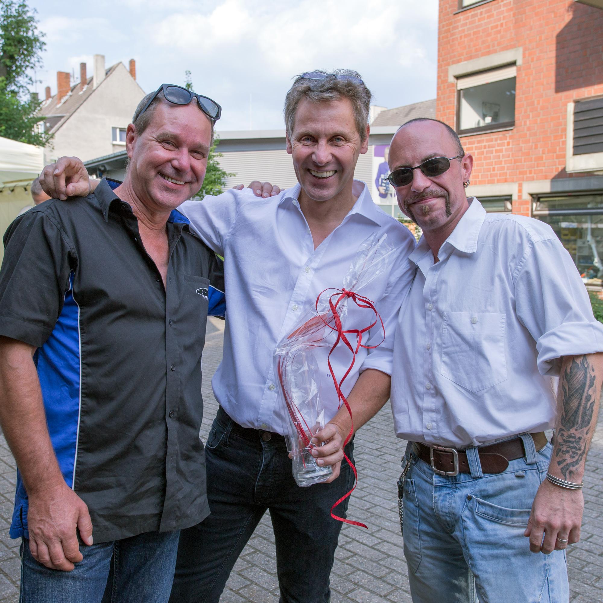 Burkhard Püttmann mit Jochen Hedke (links) und Dennis Geburzi (rechts) von der Einkaufsgenossenschaft EGROH