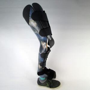 """Eine Orthoprothese mit Prothesenfuß zur Versorgung einer angeborenen Fehlbildung des Oberschenkels. Das Dekor heißt """"Nachtlöwe""""."""