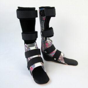 """Unterschenkelorthesen zur Versorgung eines spastischen Spitzfußes, ausgeführt in Carbonfasertechnik und als DAFO zur besseren Führung des Fußes. Dekor """"Graffiti Music"""""""